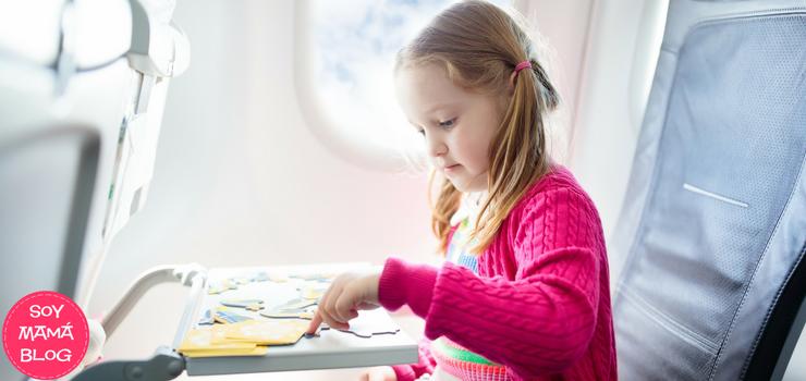 Disfrutando el viaje en avión con peques